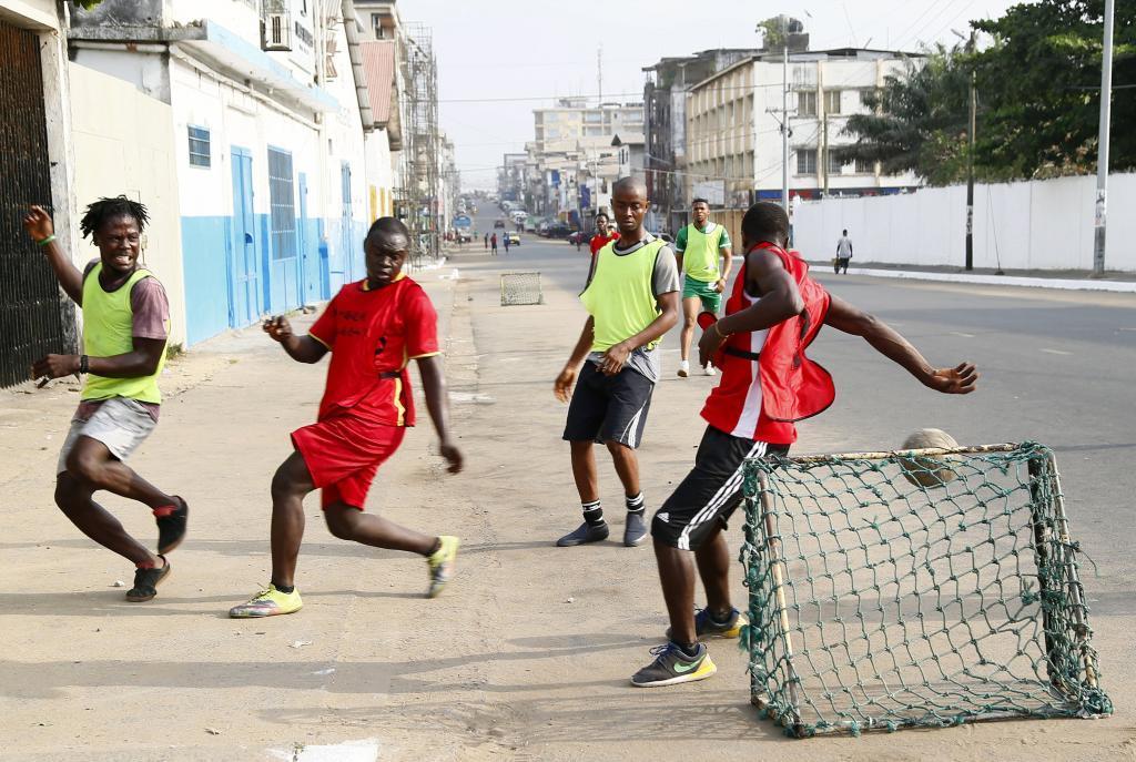 Ninos De Liberia Jugando Al Futbol En La Calle Marca Com