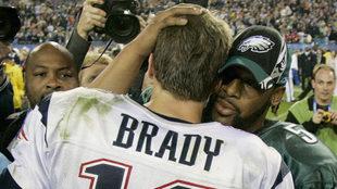Tom Brady y Donovan McNabb, quarterbacks del aquel partido.