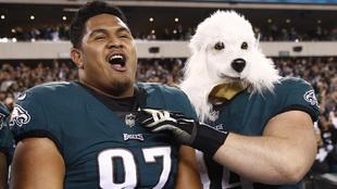 Beau Allen y Destiny Vaeao festejan con una máscara de perro.
