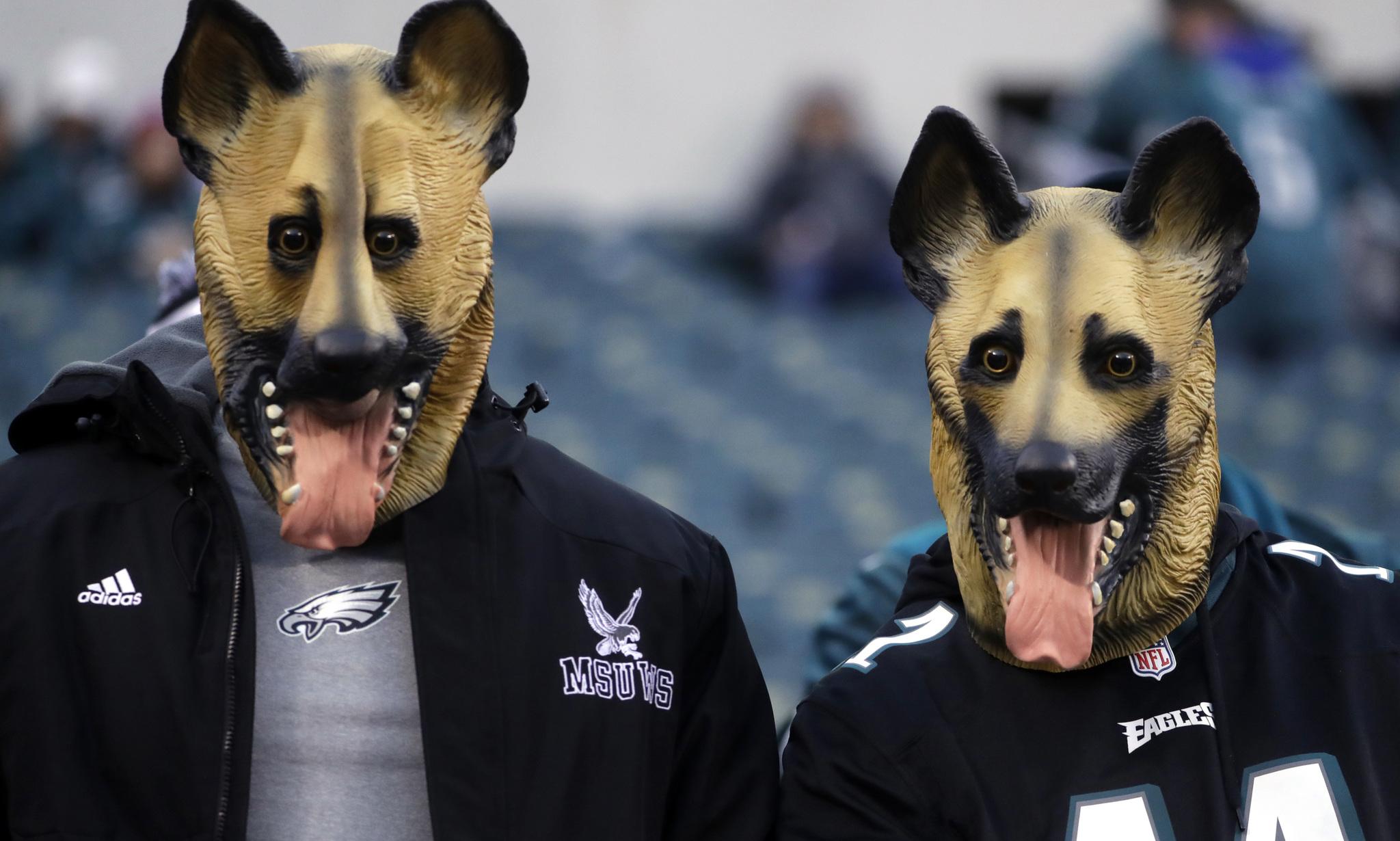 Aficionados de Filadelfia con máscaras de perros.