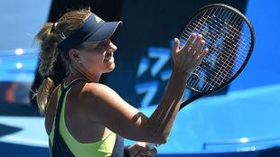 Kerber saluda con la raqueta