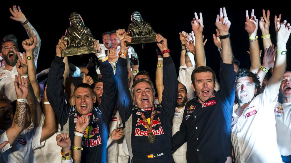 Carlos Sainz y Lucas Cruz con sus trofeos junto al resto del equipo...