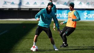 Ramos controla un balón en presencia de Isco.