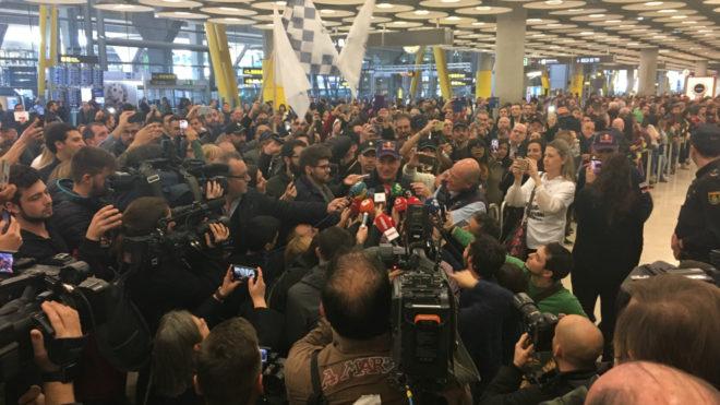 Carlos Sainz atiende a los medios ante una gran multitud en el...