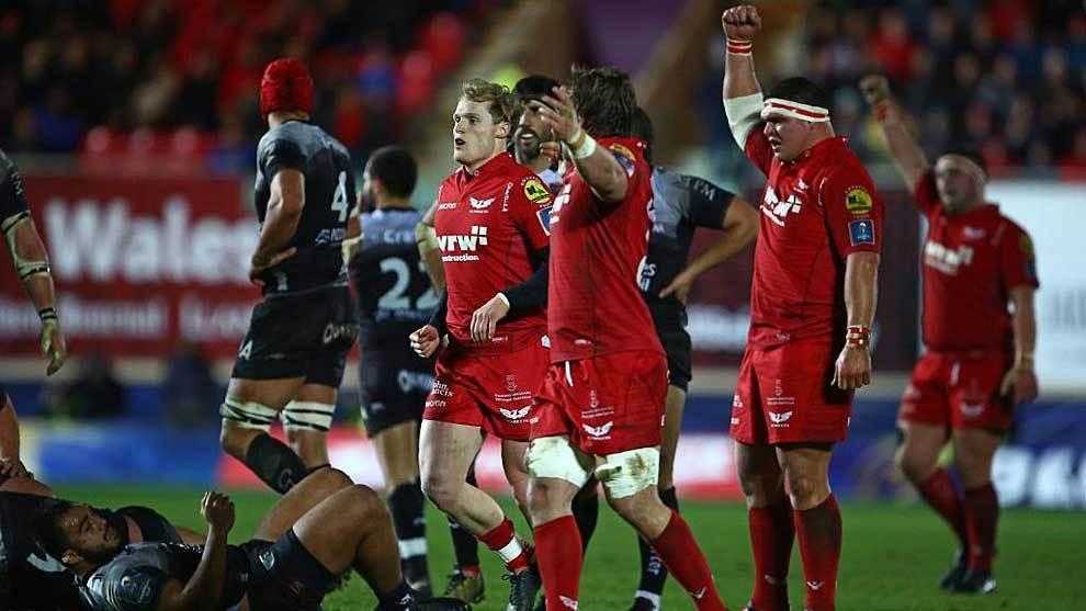 Los jugadores de Scarlets celebran en Llanelli su decisiva victoria...