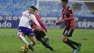 Raúl Guti pelea un balón en el partido contra el Tenerife.