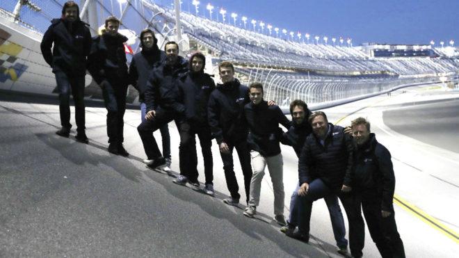 Alonso, en lo más alto, posa con los miembros del equipo United...
