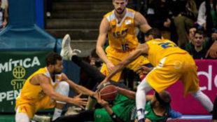 Los jugadores del UCAM Murcia pelean por un balón con Jerome Jordan