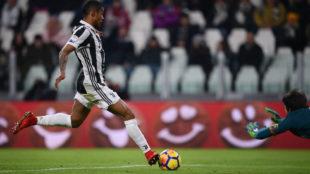 Douglas Costa, en el momento de anotar el gol de la victoria