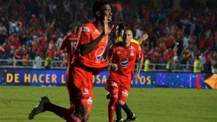 Olmes García celebra un gol con el América.