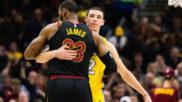 LeBron James y Lonzo Ball abrazados tras el final de un Cavs vs Lakers