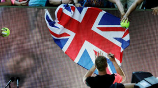 Edmund firma una bandera británica