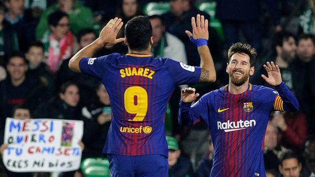 Messi y Suárez festejan un gol en el Villamarín.