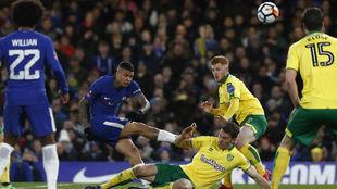 Kenedy dispara a puerta durante el partido de FA Cup contra el...