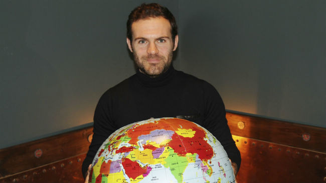 Juan Mata posa para MARCA con una bola del mundo.