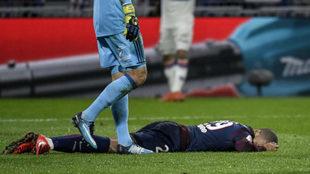 Mbappé, tendido en el suelo tras ser arrolado por el portero del...