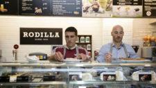 Zapater y Toquero eligen sus sándwiches tras el mostrador de Rodilla.