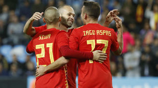 Iniesta, Silva y Iago Aspas celebran un gol.