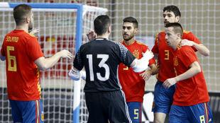 Adolfo celebra uno de los goles de España junto a sus compañeros.