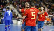 Joselito y Adolfo celebran uno de los goles de España.