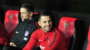 Vitolo (28) sonríe en el banquillo en el Sánchez-Pizjuán.