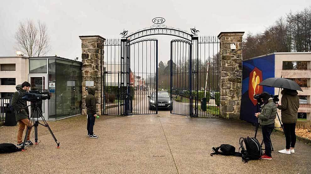 Periodistas en la entrada de la sede de las instalaciones de la FFR en...