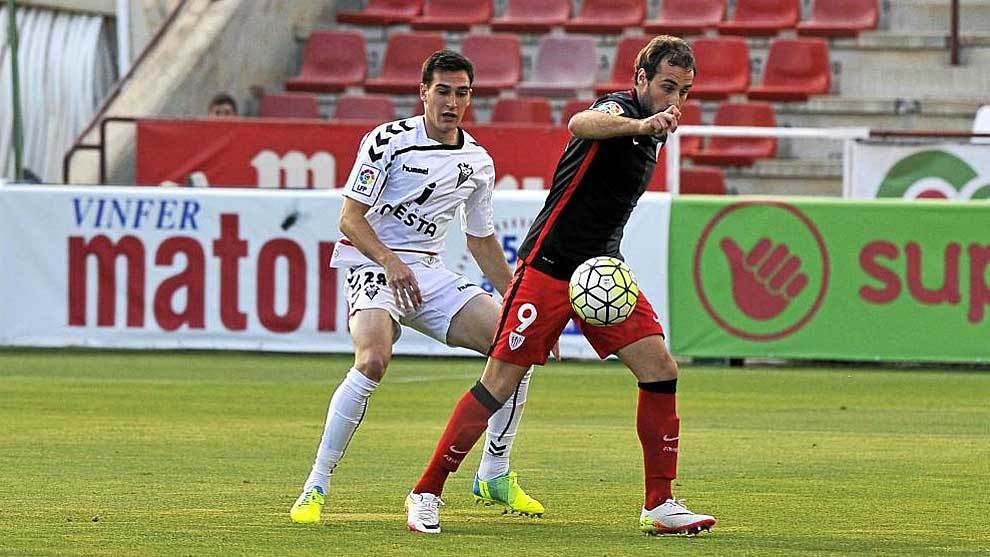 Adri Gómez presiona a Gorka Santamaría hace dos años en el...