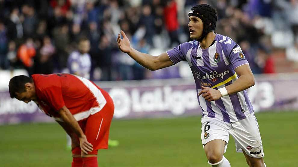 Borja San Emeterio, cabizbajo mientras Luismi celebra su gol al...