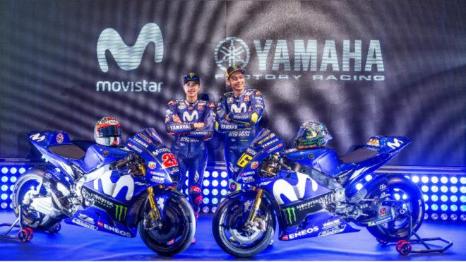 Viñales y Rossi posan con las nuevas motos.