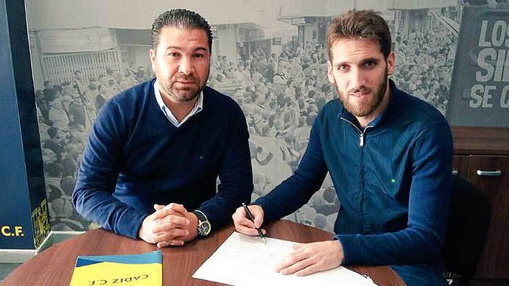 Fausto Tienza firma su nuevo contrato junto al director deportivo Juan...
