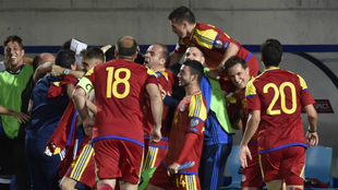 La selección de Andorra celebra su tanto a Hungría.