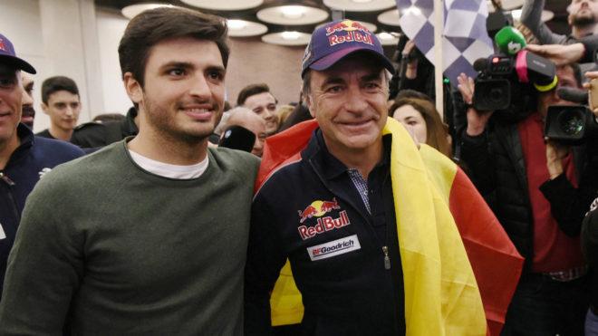 Carlos Sainz posa con su padre en Barajas.