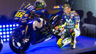 Rossi, junto a su Yamaha M1.