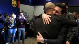 Mascherano y Messi se abrazan en el acto de despedida del...