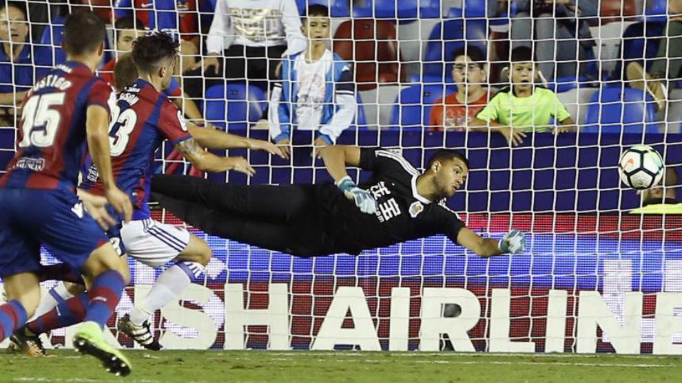 Rulli se estira en un partido entre el Levante y la Real