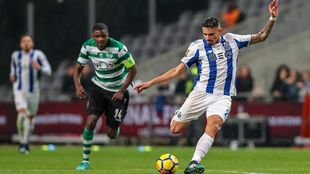 Soares dispara a portería durante la semifinal de la Copa de la Liga...