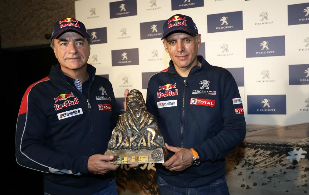 Carlos Sainz y Lucas Cruz con el trofeo del Dakar