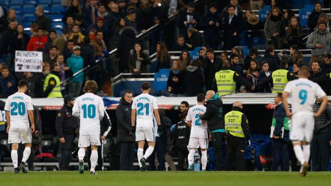 Los jugadores del Madrid se marchan abatidos del campo