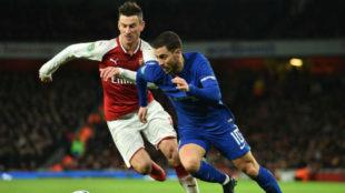 Eden Hazard pelea con Koscielny un balón en la Carabao Cup
