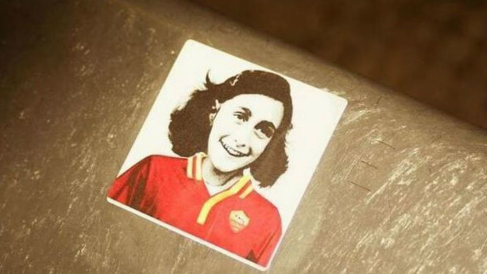 Los adhesivos de Ana Frank que aparecieron en el Olímpico.