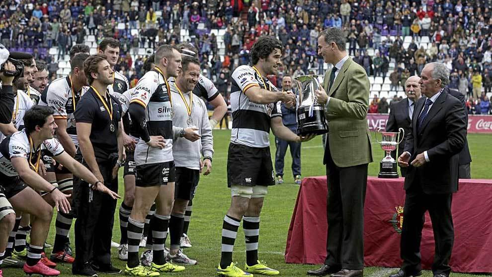 El l Rey Felipe VI, junto a Alfonso Feijóo, entrega la copa de 2016...
