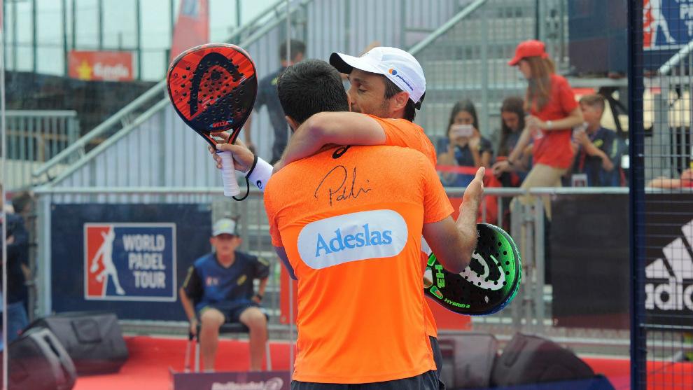 Bela y Lima se abrazan tras el triunfo en el Estrella Damm Barcelona...