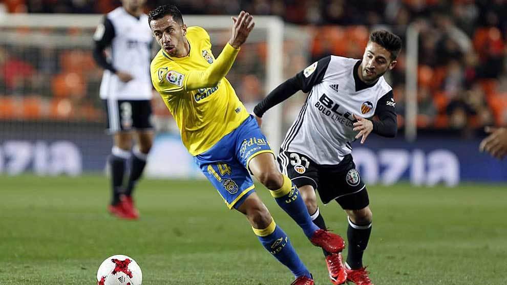 Hernán disputa un balón con Nacho Gil en el Valencia-Las Palmas de...