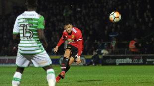 Alexis Sánchez dispara a puerta contra el Yeovil Town.