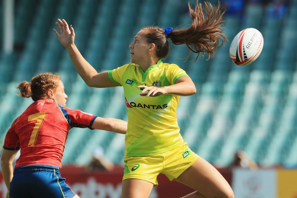 La australiana Evan Pelite no puede atrapar la pelota en presencia de...