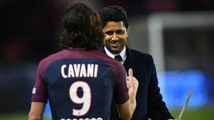 Al Khelaifi felicita a Cavani tras convertirse en el máximo goleador...