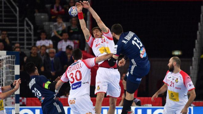 Viran Morros intenta blocar un lanzamiento de Nikola Karabatic.