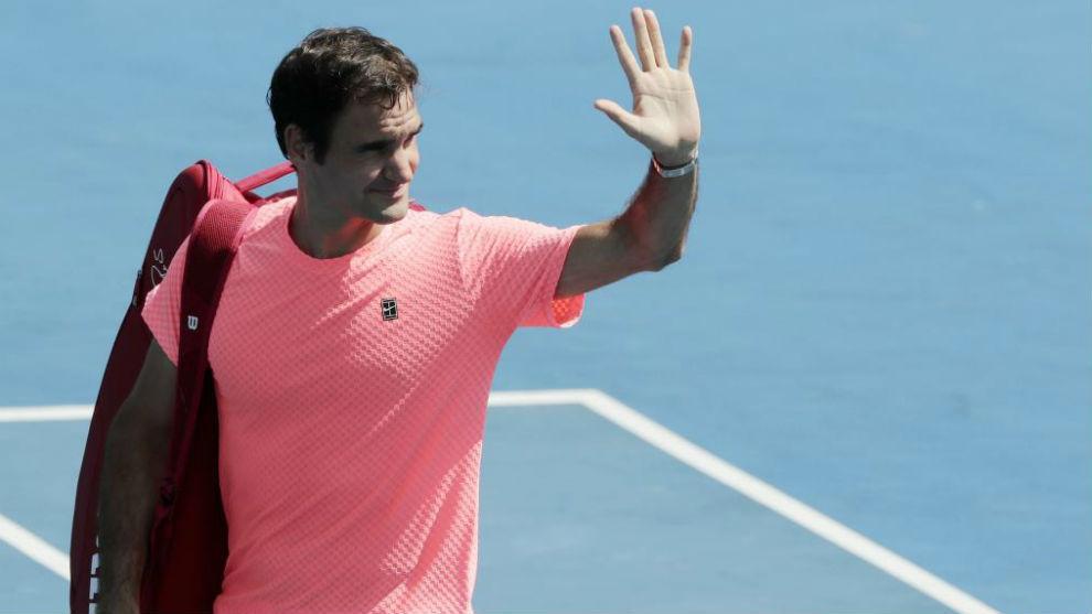 Federer saluda a la grada