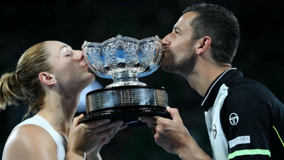 Dabrowski y Pavic besan el trofeo