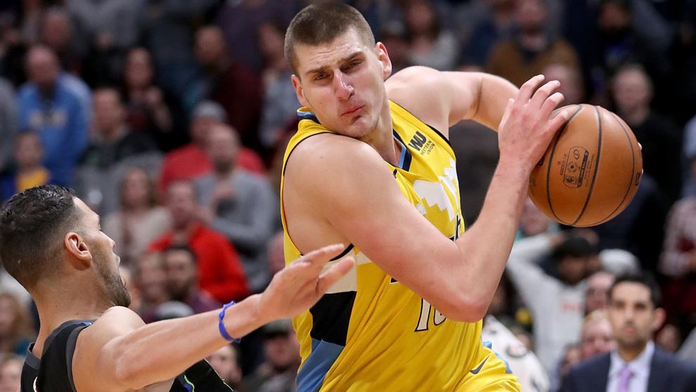Jokic se marcha de la defensa de Mejri